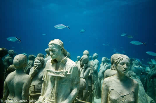 Esculturas de seres humanos em tamanho real no museu